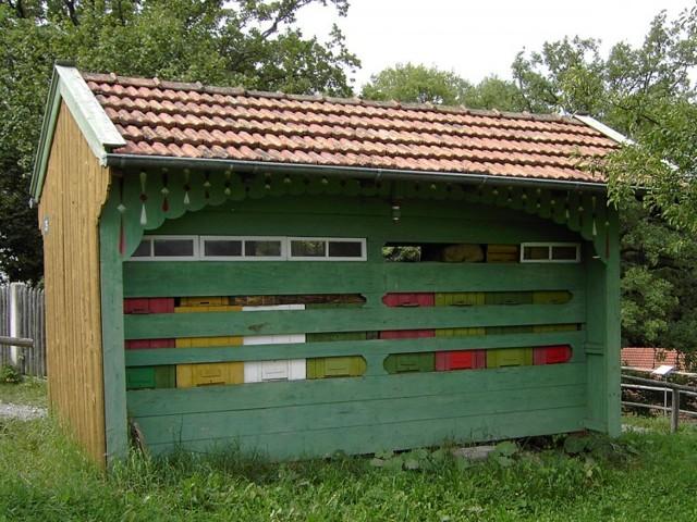 Омшаник для пчёл: виды, как построить своими руками, зимовка, уход