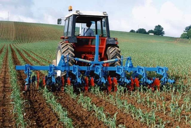 Кормораздатчики для ферм КРС: виды, описание, характеристики, достоинства и недостатки